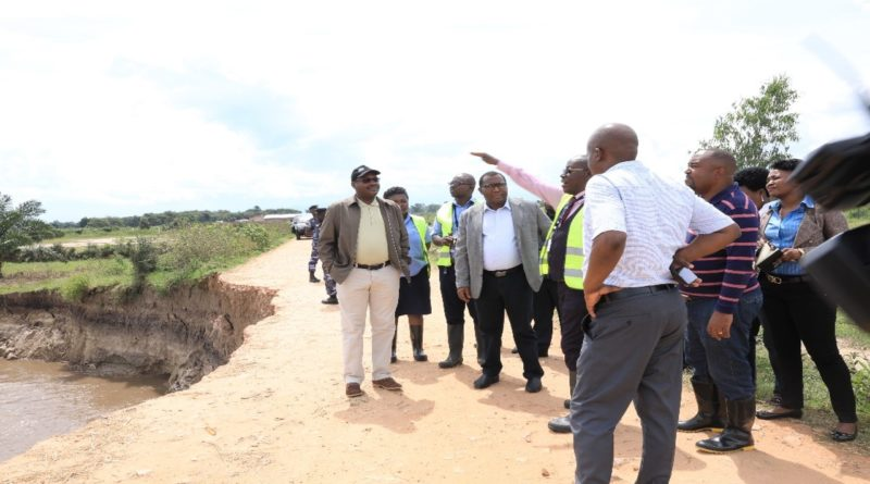 Visite de terrain sur la digue protégeant les infrastructures  de l'Aéroport International  Melchior NDANDAYE.